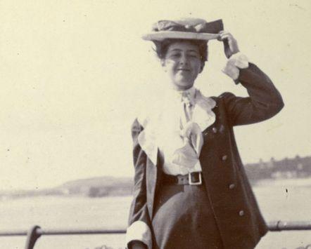 De jonge Agatha Christie voor de kust van haar geliefde graafschap Devon
