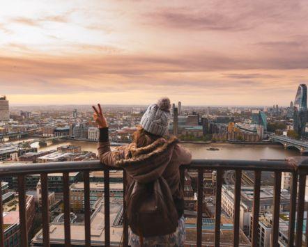 Femme au sommet de la cathédrale St Paul au lever du soleil avec vue sur la ville