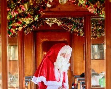 Father Christmas in een klassiek Brits treinstel