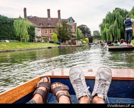 persone in barca sul fiume cam