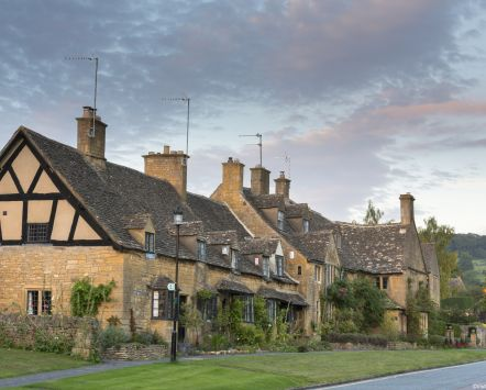 Traditional Cotswold stone cottages in the picturesque Cotswolds village of Broadway, known as the 'jewel of the Cotswolds'.