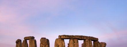 Stonehenge è un antico monumento preistorico, una henge di pietre erette disposte in cerchio, nella pianura del Wiltshire. È un sito del patrimonio mondiale dell'Unesco.
