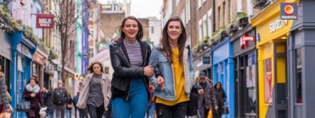 donne che passeggiano a carnaby street