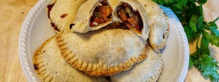 Cornish Pastries vegani su un piatto