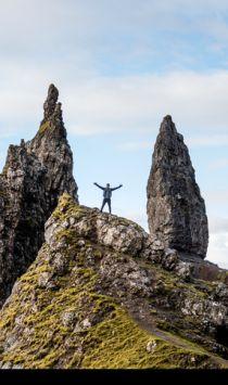 uomo in piedi su montagne di giorno