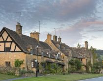 Traditional Cotswold stone cottages in the picturesque Cotswolds village of Broadway, known as the 'jewel of the Cotswolds' © VisitBritain / Adam Burton