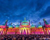 Royal Pavilion illuminato e circondato da una folla