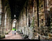 Donna che passeggia nella tintern abbey