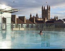 Donna che fa il bagno in una piscina di una spa di giorno