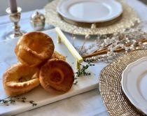 Yorkshire puddings servis sur un plat