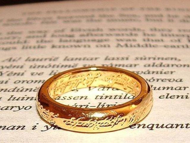 anello del signore degli anelli su un libro