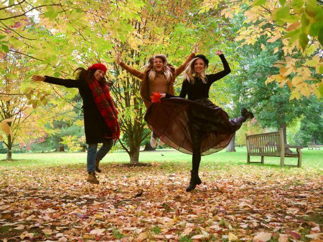 Ragazze che saltano nei Kew Gardens tra le foto autunnali