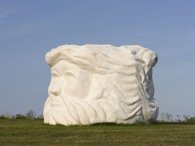 Kunstwerk Janus Fortress door Pilar Quinteros aan de Engelse zuidkust