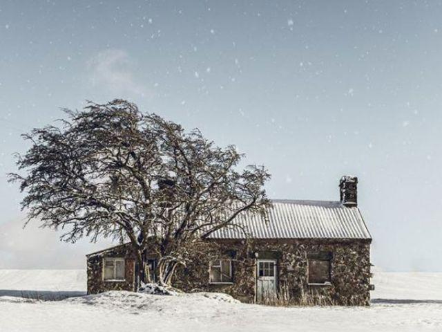 Verlaten boerderijk in de sneeuw in Wales