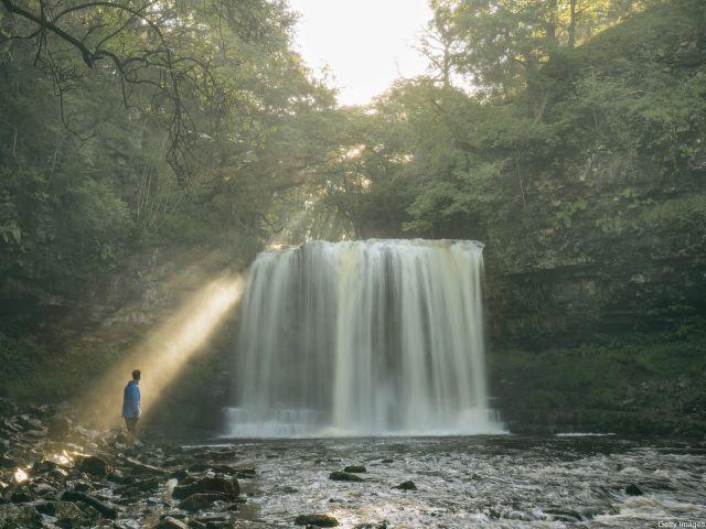 De waterval Sgwd yr Eira in de Brecon Beacons, Wales