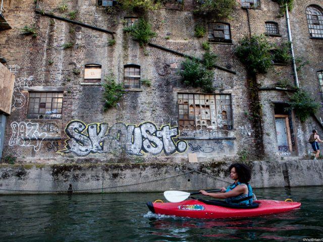 Ragazza in canoa su Regents canal