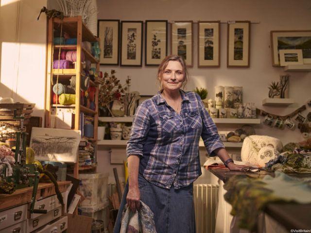 Lindsey Tyson in haar atelier aan de kust van Noord-Yorkshire