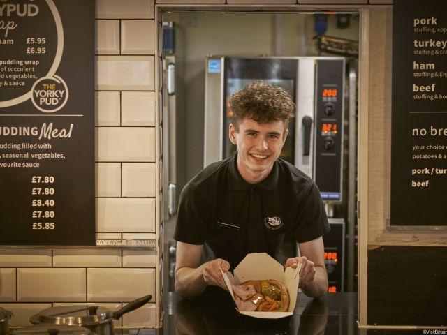 Ragazzo sorridente che mostra alcuni Yorkshire puddings