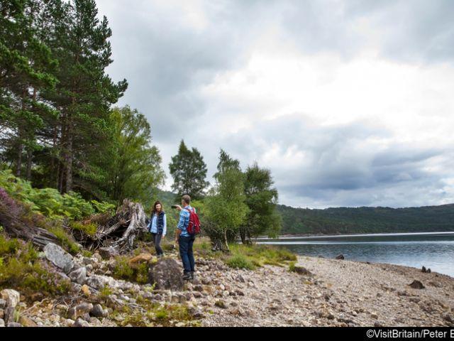 due persone vicino al lago lochness