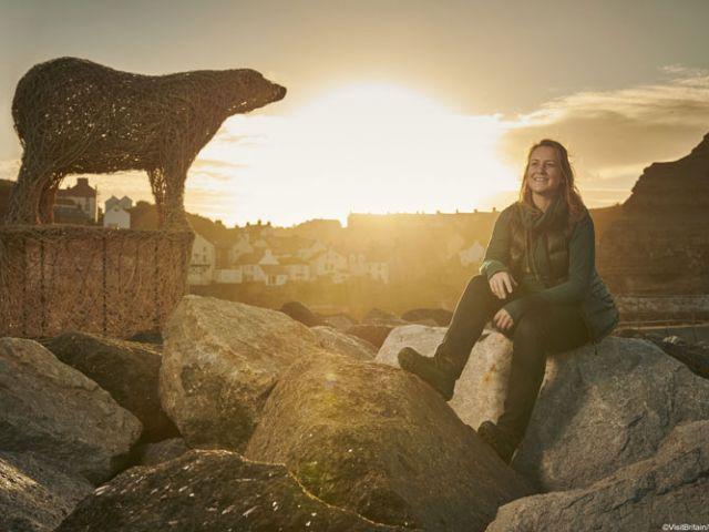 Beeldhouwer Emma Stothard met haar ijsbeer in de haven van Staithes