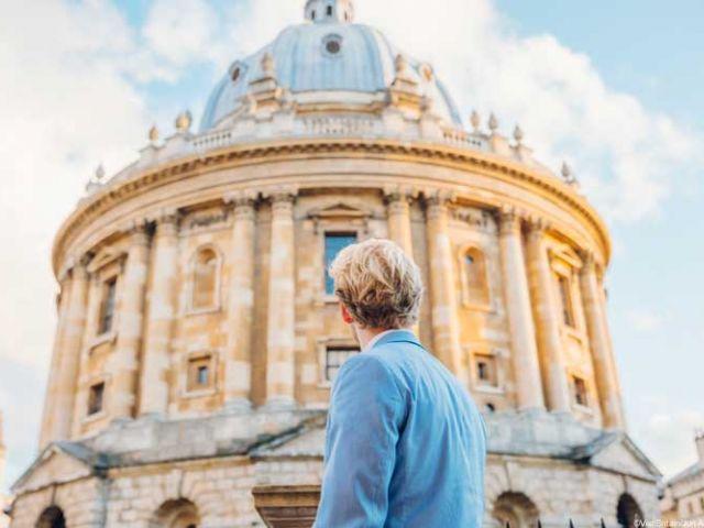 Man kijkt naar de Radcliffe Camera in Oxford, Engeland