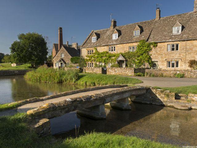 Stenen cottages in het dorpje Lower Slaughter in de Cotswolds, Engeland