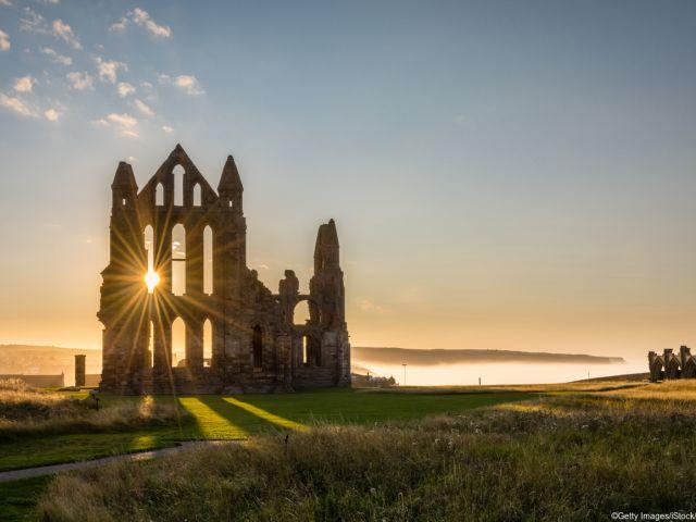 As ruínas da enorme Whitby Abbey na Inglaterra
