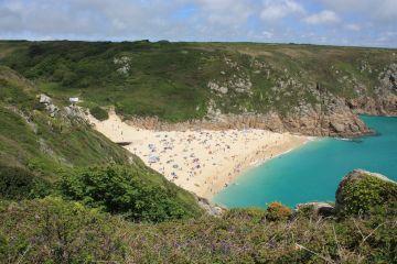 Der Strand von Porthcurno in Cornwall, Südengland
