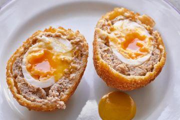 scotch egg servis sur une assiette