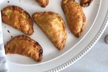foto di vassoio di cornish pasty cotti