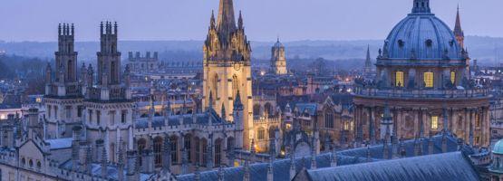 De skyline van Oxford met zijn torens, koepels en kantelen
