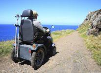 Man in rolstoel aan de kust van Engeland
