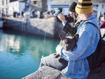 Mensen met hond in haventje Cornwall