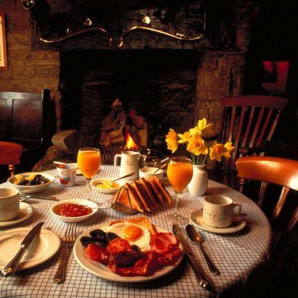 Un full breakfast servi sur une table.
