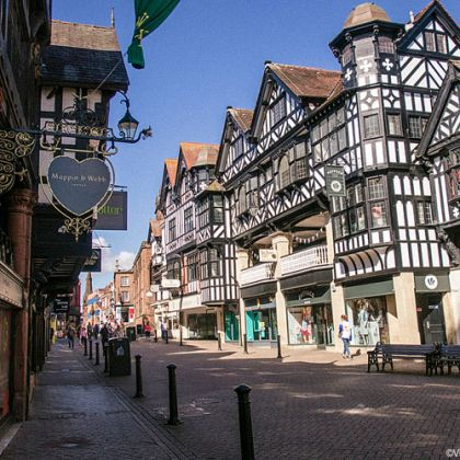 De houtenm zwartwitte winkels en huizen van de Chester Rows