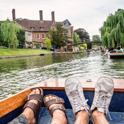 Primo piano di gambe e piedi di due persone su una barca