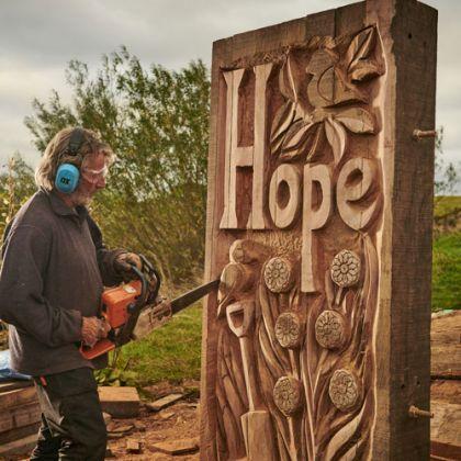 Kunstenaar Steve Iredale aan het werk in de North York Moors