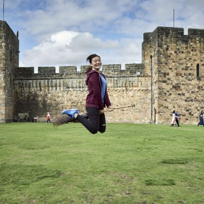 Vliegen op een bezemsteel bij Alnwick Castle