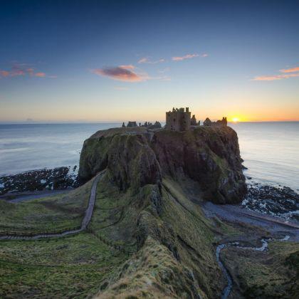 Sonnenuntergang am Dunnottar Castle in Schottland