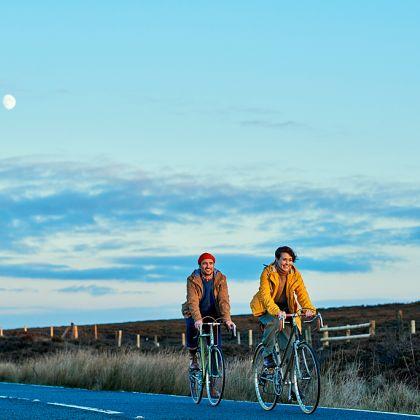 Deux personnes faisant du vélo dans le Peak District.