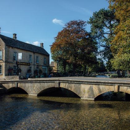 Bridge across river in Bourton on the Water, Cotswolds, Angleterre