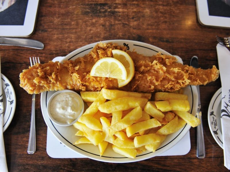Un plat de Fish and Chips sur une table.