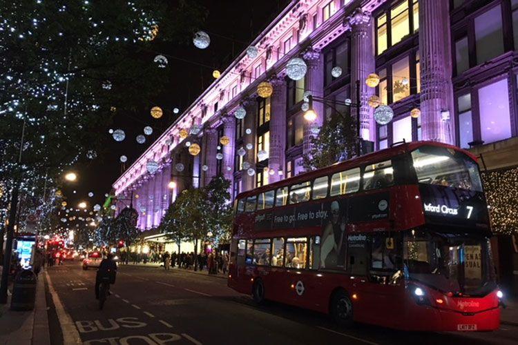 Rijdt De Metro In Londen Met Kerst Visitbritain