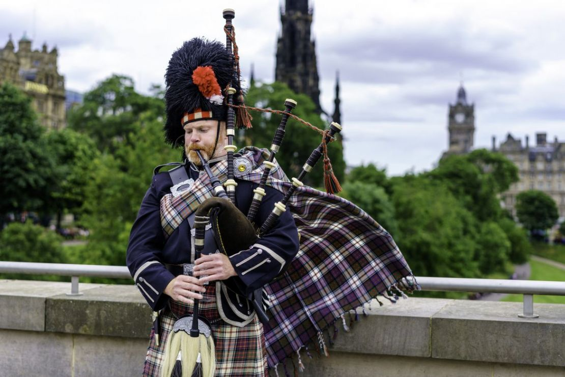 Bagpipe player, Edinburgh Old Town