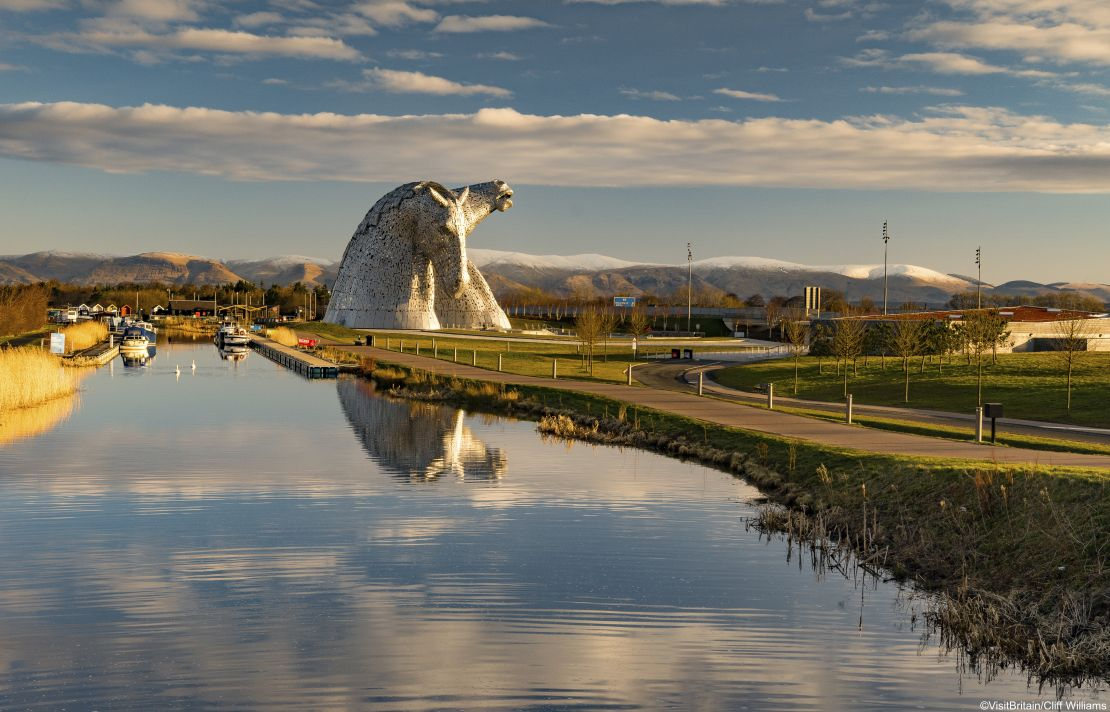 Two large horse head sculptures by a river in Kelpies, Falkirk, Scotland. Credit to VisitBritain/Cliff Williams