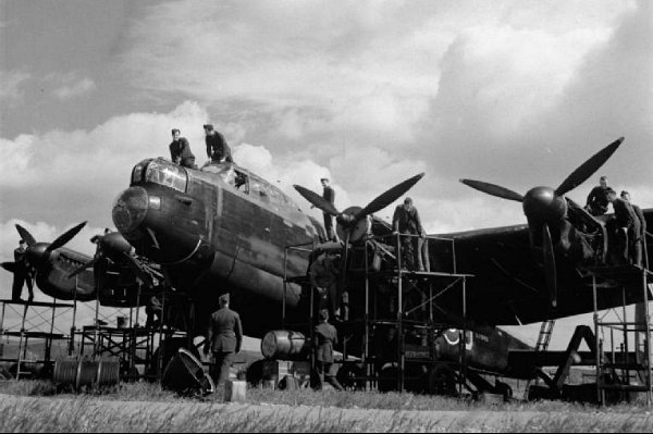 Avro Lancaster Mark I receives an engine overhall at RAF Scampton during WWII. © IWM (CH 6428)